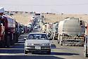 Irak 2000 Au poste frontière d'Ibrahim Khalil, sur des kilomètres  les milliers de camions- citernes turcs attendent plusieurs jours l'autorisation de passage    Iraq 2000 At Ibrahim Khalil, Turkish tankers lorries queueing before to cross the border.