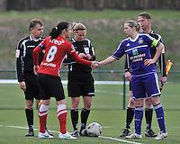 RSC Anderlecht Dames - PSV / FC Eindhoven : scheidsrechter Leen Martens begroet Sophie Mannaert (rechts) en Manon Van Den Boogaard (links).foto David Catry / Vrouwenteam.be