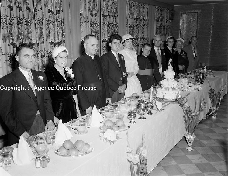 Mariage catholique de la famille Gaetano,<br /> Septembre1952.- banquet avec le pretre en soutane<br /> <br /> PHOTO :  Agence Quebec Presse