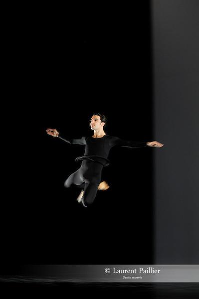 ANTIC MEET....Adaptateur : NEELS Sandra SWINSTON Robert..Choregraphie : CUNNINGHAM Merce..Mise en scene : CUNNINGHAM Merce..Compositeur : CAGE John..Compagnie : Merce Cunningham Dance Company..Decor : RAUSCHENBERG Robert..Lumiere : CHALLENBERG Christine..Costumes : RAUSCHENBERG Robert..Avec :..RIENER Silas..Lieu : Theatre de la Ville..Cadre : Festival d Automne 2010..Ville : Paris..Le : 03 11 2010..© Laurent PAILLIER / photosdedanse.com..All Right reserved