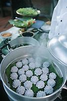 """Thaïlande/Bangkok: """"Entrée Royale"""", pâte à base de farine de riz coloré et parfumé, pars des fleurs bleues, farce à base de poulet et c"""