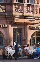 Europe/Allemagne/Bade-Würrtemberg/Heidelberg: la rue principale Hauptstrasse, Maison du Chevalier ou Maison Ritter - Haus zum Ritter construite en 1592 pour le marchand Huguenot Charles Bélier - Service en terrasse au Restaurant Zum Ritter