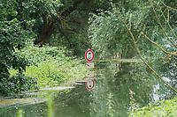 Hinweisschild für Fußgänger und Reiter im Hochwasser gesperrten Gebiet an der Natorampe Biebesheim - Suedhessen 15.07.2021: Hochwasser am Rhein des sueshessischen Ried