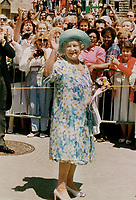 1987 FILE PHOTO - ARCHIVES -<br /> <br /> The Queen Mom stops and gives a wave and a smile to the crowd who waited for 2 hours.<br /> <br /> 1987<br /> <br /> PHOTO :  Erin Comb - Toronto Star Archives - AQP