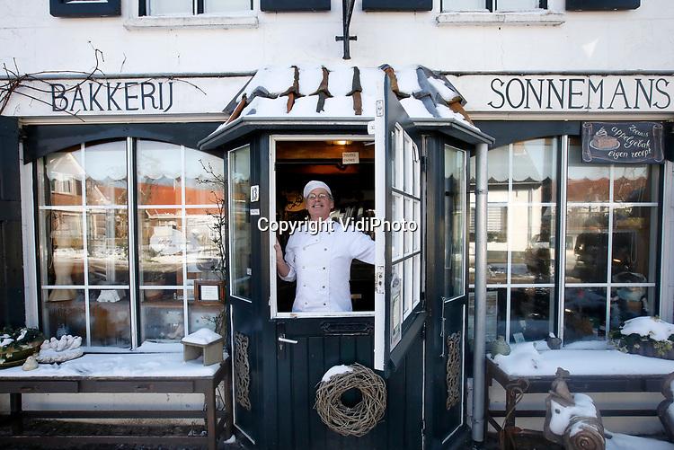 Foto: VidiPhoto<br /> <br /> BURGH-HAAMSTEDE - Het is een museum, bakkerij, lunchroom en snoepwinkel tegelijk. Brood- en banketbakkerij Sonnemans in Burgh-Haamstede is met stip de bezienswaardigste, wonderlijkste en smakelijkste warme bakker van Nederland. De bakkerij is wereldberoemd. Foto: Het klassieke uiterlijk van de buitenzijde.