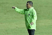 CALI - COLOMBIA, 20-02-2020: Nilton Bernal técnico del Real gesticula durante partido de ida por la primera ronda de clasificación de la Copa BetPlay DIMAYOR 2020 entre Atlético F.C. y Real Cartagena jugado en el estadio Pascual Guerrero de la ciudad de Cali. / Nilton Bernal coach of Real gestures during first leg match for the first round of classification as part of BetPlay DIMAYOR Cup 2020 between Atlético F.C. and Real Cartagena played at Pascual Guerrero stadium in Cali. Photo: VizzorImage / Gabriel Aponte / Staff