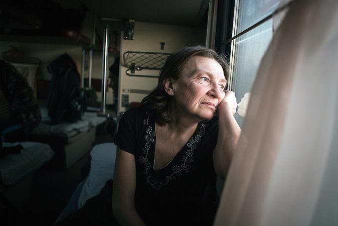 """Tatjana, Flüchtling aus Horliwka, Slowjansk, 52 Jahre: """"Ich bin 52 Jahre alt. Aber ich weiß, ich sehe viel älter aus. Ich habe in den vergangenen Wochen viel abgenommen. Tagelang hatte ich oft nicht mehr zu essen als nur ein Stück Brot. Ich bin allein, mein Sohn ist zu Hause geblieben, um nicht zum ukrainischen Heer eingezogen zu werden. Ich weiß nicht, ob ich ihn jemals wiedersehen werde."""""""