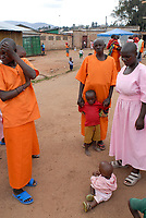 RWANDA, Gitarama , jail with 7500 prisoner , mostly for Hutu for genocide crimes , many detainees are  women with children, prisoner in orange clothes: already sentenced, pink clothes: waiting for accusation / RUANDA, Gitarama , Gefaengnis mit 7500 Haeftlingen , viele sind Hutu und wegen Genozid Verbrechen inhaftiert , darunter auch viele Frauen mit Kindern , Haeftlingskleidung orange: bereits verurteilt , rosa: warten auf Anklage