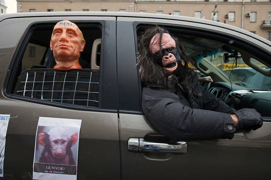 """Moscow, Russia, 26/02/2012..A car in a motorcade with a Putin mannequin apparently behind bars and with the word """"thief"""" on his forehead. Tens of thousands of people formed a 16-kilometre [10-mile] human chain along Moscow's Garden Ring Road in the latest protest against Prime Minister Vladimir Putin and his presidential election campaign. Opposition activists estimated that they needed 34,000 people to complete the chain and symbolically encircle central Moscow."""