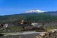 Blick auf Etna bei Linguaglossa, Basaltabbau, Sizilien, Italien , UNESCO-Weltnaturerbe