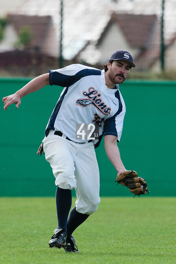 16 October 2010: Tim Stewart of Savigny catches a ball in left field during Rouen 16-4 win over Savigny, during game 1 of the French championship finals, in Savigny sur Orge, France.