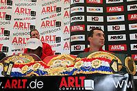 Weltmeister Wladimir Klitschko (UKR) mit seinen Guerteln und Trainer Emanuel Steward