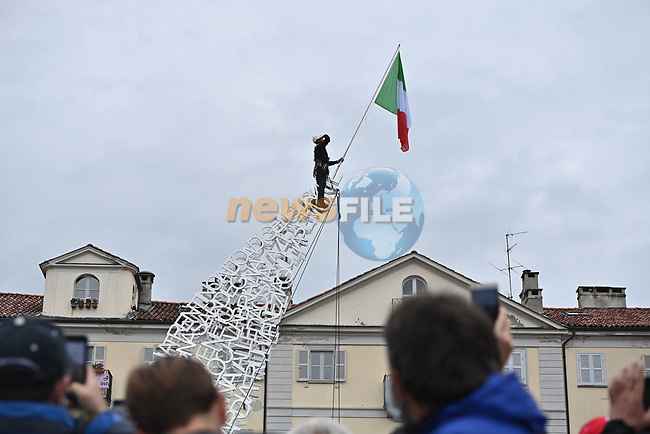 Entertainment at sign on before the start of Stage 3 of the 2021 Giro d'Italia, running 190km from Biella to Canale, Italy. 10th May 2021.  <br /> Picture: LaPresse/Marco Alpozzi | Cyclefile<br /> <br /> All photos usage must carry mandatory copyright credit (© Cyclefile | LaPresse/Marco Alpozzi)