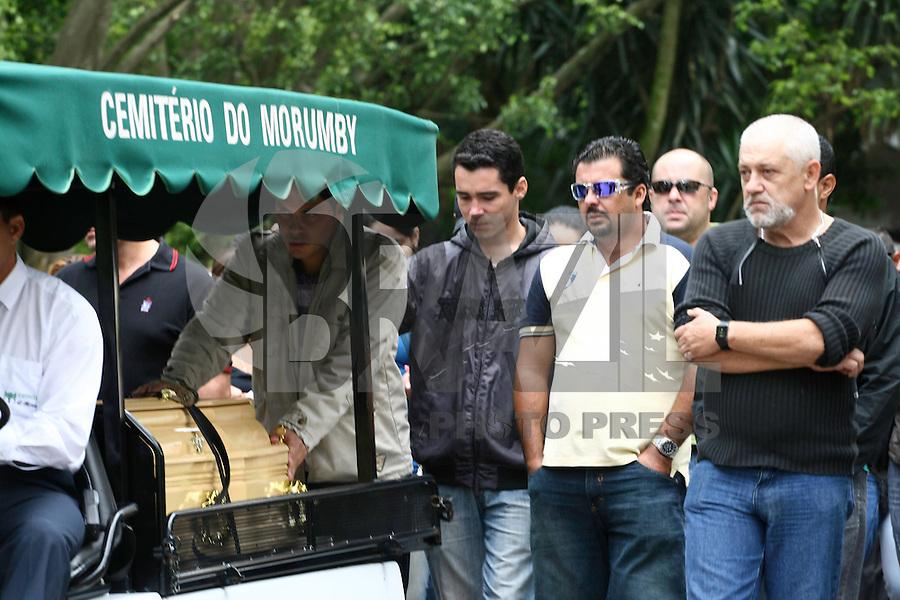 SÃO PAULO - SP 18 DE JANEIRO 2013. ENTERRO PRISCILA MACHADO SIMÃO - Enterro da bancária Priscila Machado Simão, de 33 anos, no Cemitério do Morumbi, na Zona Sul de São Paulo, SP, na manhã desta sexta-feira (18). Ela foi baleada por dois homens que estavam em uma moto, no Grajaú, quando voltava de uma festa. FOTO: MAURICIO CAMARGO / BRAZIL PHOTO PRESS.