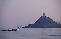 France/Corse/Corse-du-Sud/2A/Golfe d'Ajaccio: Pointu à la pêche et la tour de la Parata - Tour édifiée en 1608 pour défendre la côte