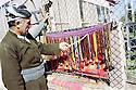 Irak 2000.Erbil: Achat de chapelet dans la rue.Iraq 2000.Erbil:selling woory beads in the street