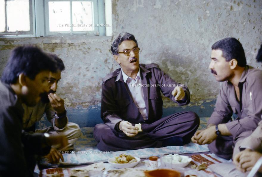 Irak 1991  Dejeuner de Sami Abdul Rahman, fondateur du parti Populaire Démocratique du Kurdistan ( PPDK )  Iraq 1991   Sami Abdul Rahman, founder of the Kurdish Democratic Popular Party ( KDPP)having lunch with his staff