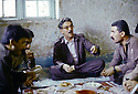 Irak 1991  Dejeuner de Sami Abdul Rahman, fondateur du parti Populaire Démocratique du Kurdistan ( PPDK )  Iraq 1991   Sami Abdul Rahman, founder of the Kurdish Democratic Popular Party ( KDPP)having lunch with his staff