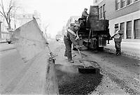 REmplissage de nids de poules - Mars 1973<br /> <br /> PHOTO :   Agence Quebec Presse - Alain Renaud