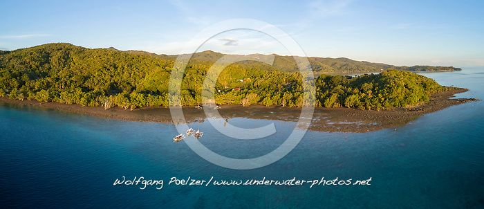 Luftaufnahme von Auslegerboote vor dem Mangrovenwald, Insel Romblon, Philippinen, Philippinensee, Philippinisches Meer, Pazifik Pazifischer Ocean / Aerial View of Outrigger canos with mangrove forrest, Island Romblon, Philippines, Philippine Sea, Pacific, Pacific Ocean