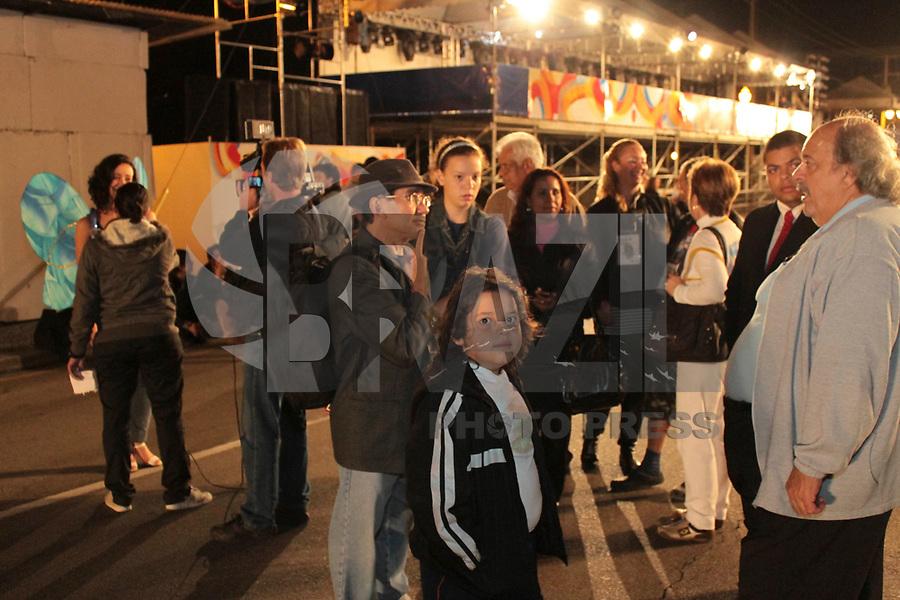 CURITIBA, PR, 02 DE MARÇO DE 2011 – ENSAIO CARNAVAL – CURITIBA – Escolas de Samba curitibanas realizaram na noite de quinta-feira (3) ensaio técnico na avenida Cândido de Abreu, local que acontece neste sábado (5) os desfiles a partir das 18h. Entre os participantes, coreógrafos e equipes técnicas das escolas. (FOTO: ROBERTO DZIURA JR./ NEWS FREE)