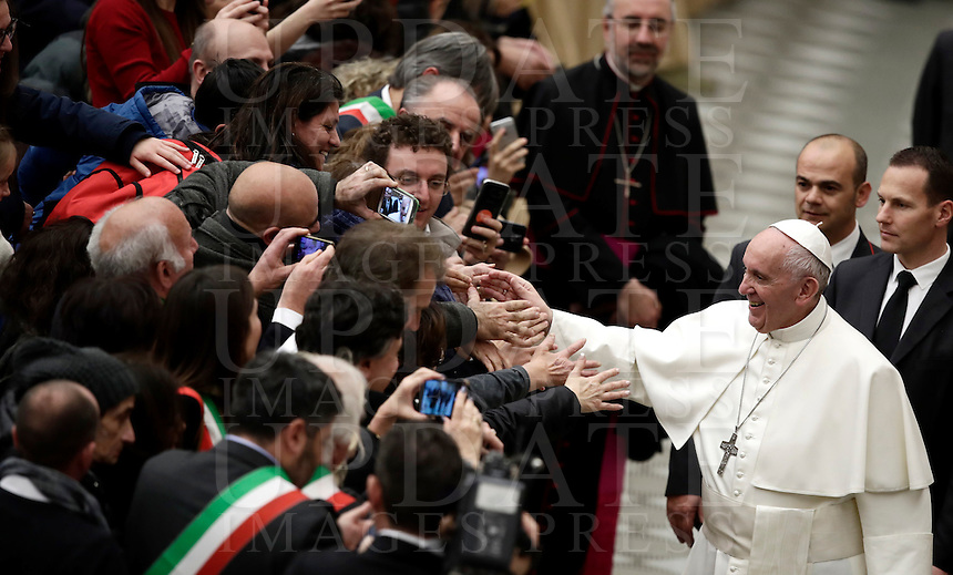 Papa Francesco saluta i fedeli al termine di un'udienza speciale con le vittime del terremoto che ha colpito l'Italia centrale in Aula Paolo VI, Città del Vaticano, 5 gennaio 2017.<br /> Pope Francis greets faithful at the end of a special audience with residents of the areas of central Italy hit by earthquakes in Paul Vi Hall at Vatican, on January 5, 2017.<br /> UPDATE IMAGES PRESS/Isabella Bonotto<br /> <br /> STRICTLY ONLY FOR EDITORIAL USE