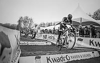 Corne Van Kessel (NED/Telenet-Fidea) bunnyhopping the logs contrary to Philipp Walsleben (DEU/Beobank-Corendon) who jumps over them<br /> <br /> elite men's race<br /> GP Sven Nys 2017