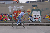 MEDELLIN - COLOMBIA - 22- 04- 2014: Ciudadanos caminan a lo largo de una avenida vacía durante el Día sin Carro, en la ciudad de Medellín, departamento de Antioquia, Colombia, abril 22 de 2014. En Medellin y toda el área metropolitana se realiza hoy una jornada mas del Dia sin Carro, La medida rige entre las 7:00 a.m. y las 6:00 p.m. y prohibe la circulación de vehículos particulares con menos de tres pasajeros, esta medida no rige para vehículos de emergencia, de las Fuerzas Armadas y policiales, el transporte escolar y los autos que funcionen con gas o con energía. (Foto: VizzorImage / Luis Rios / Str.) Citizens walks along an empty street during a Day without Car, in Medellin, Antioquia department, Colombia, April 22, 2014. In Medellin and the metropolitan area is made today a Day without Car, The measure applies between 7:00 am and 6:00 pm and prohibits the circulation of private cars with fewer than three passengers, this measure does not apply for emergency vehicles, the armed forces and police, school buses and cars that run on gas or energy. (Photo: VizzorImage / Luis Rios / Str)..