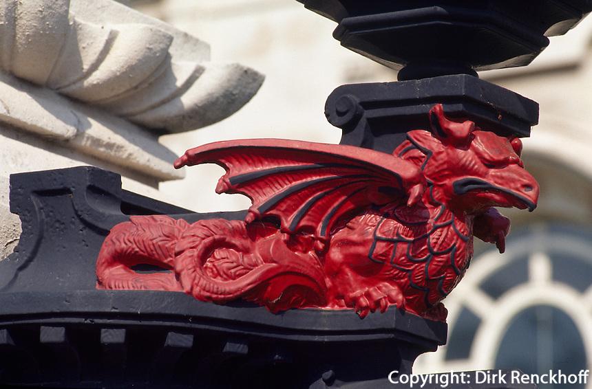 Drachen vor dem Justizgebäude in Cardiff, Wales, Großbritannien