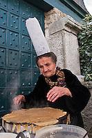 Europe/France/Bretagne/56/Morbihan/Billiers: Maria la Bigoudenne fait les crêpes lors du lancement d'un Guide gastronomique au Domaine de Rochevilaine à la pointe de Pen-Lan [Non destiné à un usage publicitaire - Not intended for an advertising use]