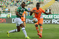 PALMIRA -COLOMBIA-05-11-2016. Harold Preciado (Izq) del Deportivo Cali disputa el balón con Jorge Segura (Der) de Envigado FC durante partido por la fecha 19 de la Liga Águila II 2016 jugado en el estadio Palmaseca de Cali./ Deportivo Cali player Harold Preciado (L) fights for the ball with Jorge Segura (R) player of Envigado FC during match for the date 14 of the Aguila League II 2016 played at Palmaseca stadium in Cali.  Photo: VizzorImage/ NR /Cont