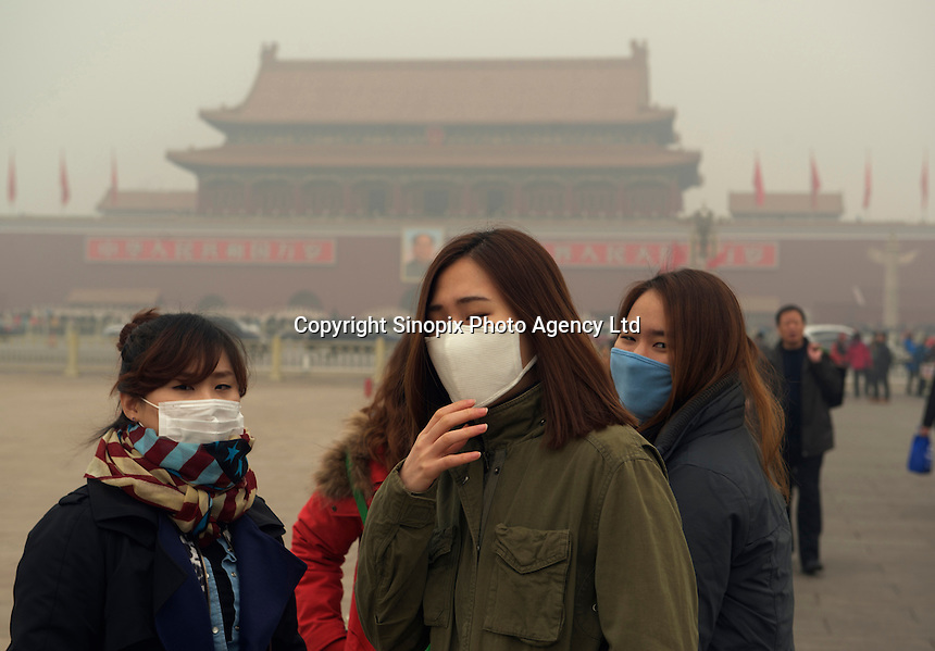 Tourists wear masks at Tiananmen Square in Beijing February 26, 2014. Air pollution has shrouded parts of northeast China since last Friday, leaving residents choking on levels of hazardous smog.