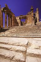 LIBANO A circa 90 km da Beirut, nella valle della Bekaa, si trova il sito di Baalbek, luogo dedicato al dio fenicio Baal, in seguito dai greci denominata Eliopolis (città del sole) e divenuta poi in epoca romana (Colonia Julia Felix)  luogo di culto di Giove.Impressionante l'acropoli, di cui fanno parte i templi di Giove , del cui portico restano solo 6 imponenti colonne di oltre 20 metri di altezza, il tempio di Bacco, con belle decorazioni e il tempio di Venere, divenuto basilica in periodo cristiano. Nei pressi delle rovine sorge il Museo  della Liberazione Palestinese (dal 1975 la zona è il quartier generale degli hezbollah). Nell'immagine: i Propilei del Tempio di Giove con la loro bella scalinata.