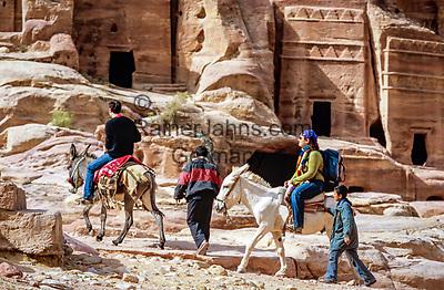 Jordanien, Gouvernement Ma'an, Petra: bei Touristen beliebt - ein Eselsritt durch die antike Stadt, Petra steht seit 1985 auf der Liste der UNESCO-Welterbestaetten | Jordan, Ma'an Governorate, Petra: Tourists on donkeys in Petra - UNESCO World Heritage site