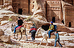 Jordanien, Gouvernement Ma'an, Petra: bei Touristen beliebt - ein Eselsritt durch die antike Stadt, Petra steht seit 1985 auf der Liste der UNESCO-Welterbestaetten | Jordan, Ma'an Governorate, Petra: Tourists on donkeys in Petra - UNESCO World Heritage site