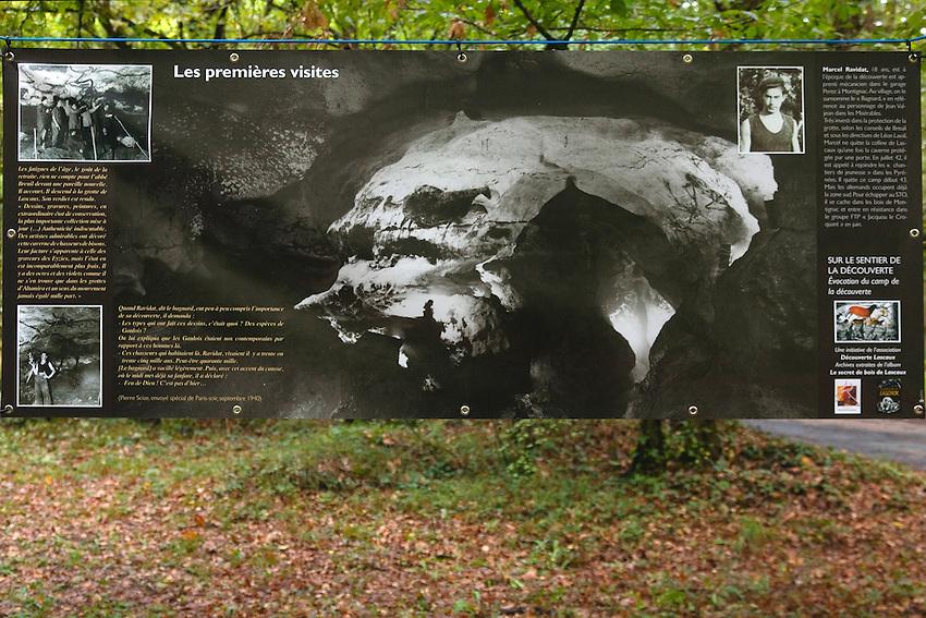Cérémonie autour de la reconstitution (provisoire à ce jour) du camp des découvreurs de Lascaux, juste à côté de l'ouverture de la grotte.