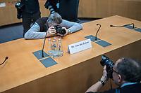 38. Sitzung des Unterausschusses des Verteidigungsausschusses des Deutschen Bundestag als 1. Untersuchungsausschuss am Donnerstag den 13. Februar 2020.<br /> In dem Untersuchungsausschuss soll auf Antrag der Fraktionen von FDP, Linkspartei und Buendnis 90/Die Gruenen der Umgang mit externer Beratung und Unterstuetzung im Geschaeftsbereich des Bundesministeriums fuer Verteidigung aufgeklaert werden. Anlass der Untersuchung sind Berichte des Bundesrechnungshofs ueber Rechts- und Regelverstoesse im Zusammenhang mit der Nutzung derartiger Leistungen.<br /> Einziger Tagesordnungspunkt war die Konstituierung des Unterausschusses als Untersuchungsausschuss.<br /> Als Zeugin war die ehemalige Verteidigungsministerin Ursula von der Leyen geladen. Die Zeugin weigerte sich in Anwesenheit von Foto- und TV-Journalisten den Sitzungssaal zu betreten. Die Journalisten mussten auf Anweisung des Ausschussvorsitzenden Hellmich den Saal verlassen.<br /> Im Bild: Fotojournalisten fotografieren das Namenschschild auf dem Zeugenplatz.<br /> 13.2.2020, Berlin<br /> Copyright: Christian-Ditsch.de<br /> [NUR FUER REDAKTIONELLE ZWECKE! Werbung nur auf Anfrage beim Fotografen. Inhaltsveraendernde Manipulation des Fotos nur nach ausdruecklicher Genehmigung des Fotografen. Vereinbarungen ueber Abtretung von Persoenlichkeitsrechten/Model Release der abgebildeten Person/Personen liegen nicht vor. NO MODEL RELEASE! Don't publish without copyright Christian-Ditsch.de, Veroeffentlichung nur mit Fotografennennung, sowie gegen Honorar, MwSt. und Beleg. Konto: I N G - D i B a, IBAN DE58500105175400192269, BIC INGDDEFFXXX, Kontakt: post@christian-ditsch.de<br /> Bei der Bearbeitung der Dateiinformationen darf die Urheberkennzeichnung in den EXIF- und  IPTC-Daten nicht entfernt werden, diese sind in digitalen Medien nach §95c UrhG rechtlich geschuetzt. Der Urhebervermerk wird gemaess §13 UrhG verlangt.]