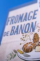 Europe/France/Provence-Alpes-Côte d'Azur/04/Alpes de Haute Provence/Forcalquier: Détail d'un panneau touristique présenant les produits de la région: fromage de Banon