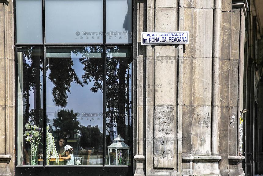 la città ideale progettata per gli operai della vicina acciaieria negli anni 50, la piazza centrale ribattezzata in onore di Ronald Reagan Warsaw, Nowa Huta, the socialist ideal city designed for the workers of the nearby steel mill in the 50