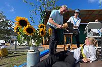 Kerwevadder Manuel Janz, Bürgermeister Marcus Merkel, und Watz Torben Grischke beim Bieranstich - Büttelborn 19.09.2021: Biddelberner Kerb an der Tornhall