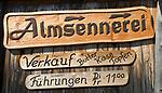 Oesterreich, Kaernten, Millstaetter See, oberhalb Millstatt: Schild an der Lammersdorfer Huette zur Almsennerei | Austria, Carinthia, above Lake Millstatt: sign at Lammersdorfer Hut pointing to Alpine Dairy