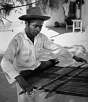 Ein Weber in Mitla, Mexiko 1970er Jahre. A weaver at Mitla, Mexico 1970s.