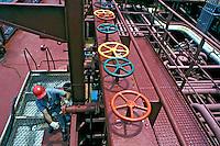 Trabalho em refinaria de petróleo, Rio de Janeiro. Foto de Ricardo Azoury. Data. 2002.