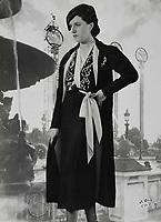 d'Ora Paris. Nachmittagsensemble aus schwarzem Crepe. Modell Nina Ricci (50703). Um 1937. Photographie.<br /> <br /> - 01.01.1937-31.12.1937<br /> <br /> Es obliegt dem Nutzer zu prüfen, ob Rechte Dritter an den Bildinhalten der beabsichtigten Nutzung des Bildmaterials entgegen stehen.<br /> <br /> d'Ora Paris. Afternoon ensemble of black crepe. Model Nina Ricci (50703). About 1937. Photograph.<br /> <br /> - 01.01.1937-31.12.1937<br /> <br /> It is in the duty of the user of the image to clear prior to usage if any Third Party rights preclude the intended use.