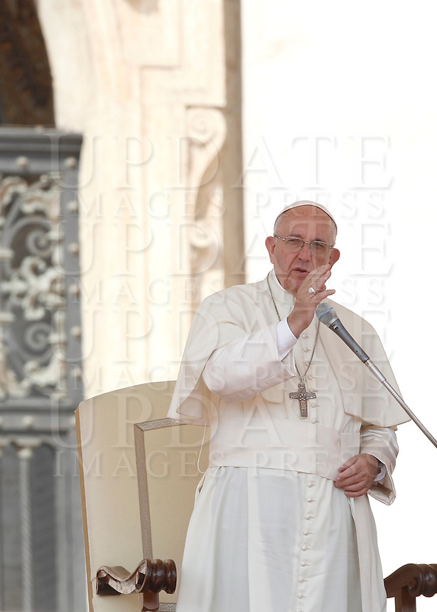Papa Francesco benedice i fedeli al termine di un'udienza giubilare in Piazza San Pietro, Citta' del Vaticano, 10 settembre 2016.<br /> Pope Francis blesses faithful at the end of a Jubilee audience in St. Peter's Square at the Vatican, 10 September 2016.<br /> UPDATE IMAGES PRESS/Isabella Bonotto<br /> <br /> STRICTLY ONLY FOR EDITORIAL USE