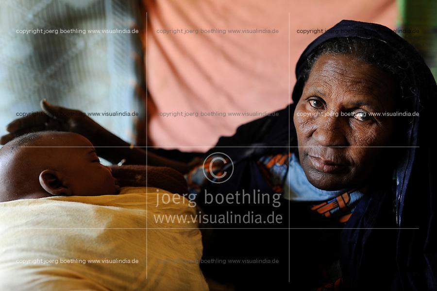 BURKINA FASO Dori , malische Fluechtlinge, vorwiegend Tuaregs, im Fluechtlingslager Goudebo des UN Hilfswerks UNHCR, sie sind vor dem Krieg und islamistischem Terror aus ihrer Heimat in Nordmali geflohen, Mutter von Tuareg Frau MADINA WI SOUFIANE aus Gao /<br /> BURKINA FASO Dori, malian refugees, mostly Touaregs, in refugee camp Goudebo of UNHCR, they fled due to war and islamist terror in Northern Mali