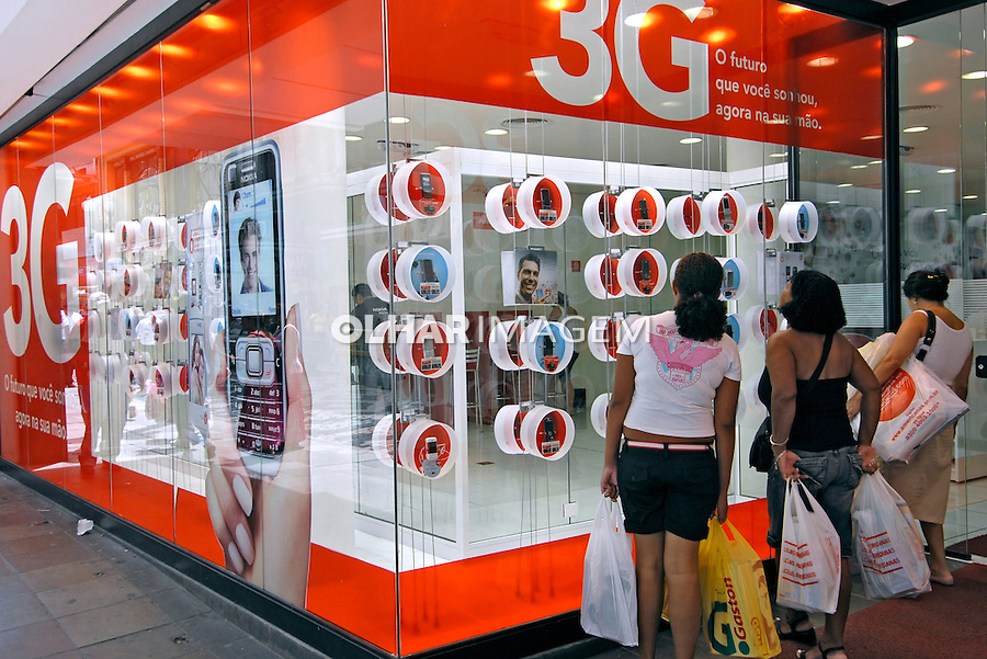 Loja de telefone celular, rua dos Andradas. Porto Alegre. Rio Grande do Sul. 2008. Foto de Juca Martins.