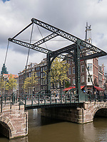 Brücke über Gracht Kloveniersburgwal, Amsterdam, Provinz Nordholland, Niederlande<br /> Bridge, Gracht Kloveniersburgwal, Amsterdam, Province North Holland, Netherlands