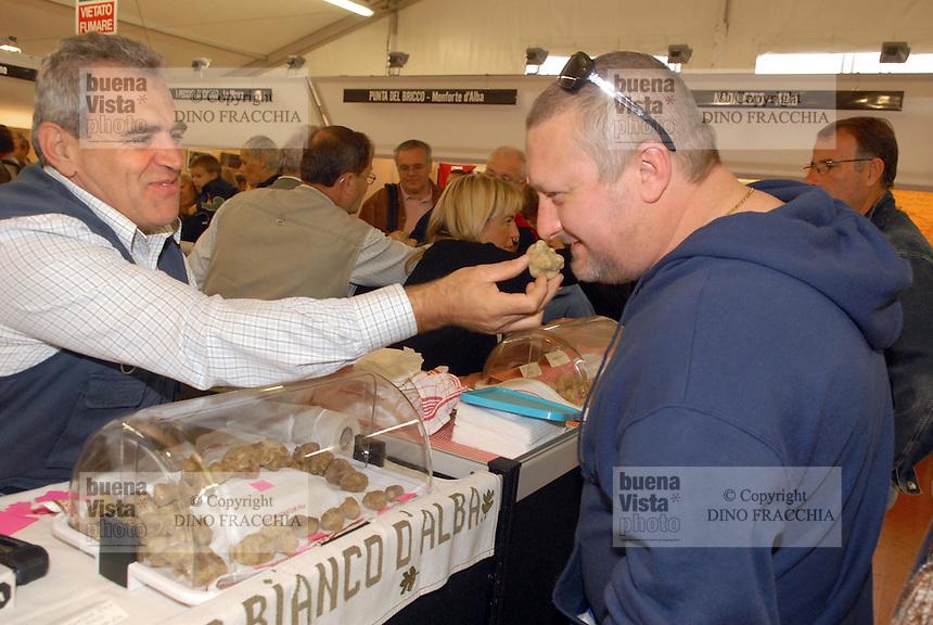 - truffle market in Alba, typical action of sniff the white truffle<br /> <br /> - mercato dei tartufi ad Alba, l'azione tipica di annusare il tartufo bianco