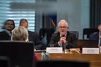 38. Sitzung des Unterausschusses des Verteidigungsausschusses des Deutschen Bundestag als 1. Untersuchungsausschuss am Donnerstag den 13. Februar 2020.<br /> In dem Untersuchungsausschuss soll auf Antrag der Fraktionen von FDP, Linkspartei und Buendnis 90/Die Gruenen der Umgang mit externer Beratung und Unterstuetzung im Geschaeftsbereich des Bundesministeriums fuer Verteidigung aufgeklaert werden. Anlass der Untersuchung sind Berichte des Bundesrechnungshofs ueber Rechts- und Regelverstoesse im Zusammenhang mit der Nutzung derartiger Leistungen.<br /> Einziger Tagesordnungspunkt war die Konstituierung des Unterausschusses als Untersuchungsausschuss.<br /> Als Zeugin war die ehemalige Verteidigungsministerin Ursula von der Leyen geladen. Die Zeugin weigerte sich in Anwesenheit von Foto- und TV-Journalisten den Sitzungssaal zu betreten. Die Journalisten mussten auf Anweisung des Ausschussvorsitzenden Hellmich den Saal verlassen.<br /> Im Bild: Der Ausschussvorsitzende Wolfgang Hellmich, SPD, (rechts im Bild) und die ehemalige Verteidigungsministerin (links im Bild, von hinten).<br /> 13.2.2020, Berlin<br /> Copyright: Christian-Ditsch.de<br /> [NUR FUER REDAKTIONELLE ZWECKE! Werbung nur auf Anfrage beim Fotografen. Inhaltsveraendernde Manipulation des Fotos nur nach ausdruecklicher Genehmigung des Fotografen. Vereinbarungen ueber Abtretung von Persoenlichkeitsrechten/Model Release der abgebildeten Person/Personen liegen nicht vor. NO MODEL RELEASE! Don't publish without copyright Christian-Ditsch.de, Veroeffentlichung nur mit Fotografennennung, sowie gegen Honorar, MwSt. und Beleg. Konto: I N G - D i B a, IBAN DE58500105175400192269, BIC INGDDEFFXXX, Kontakt: post@christian-ditsch.de<br /> Bei der Bearbeitung der Dateiinformationen darf die Urheberkennzeichnung in den EXIF- und  IPTC-Daten nicht entfernt werden, diese sind in digitalen Medien nach §95c UrhG rechtlich geschuetzt. Der Urhebervermerk wird gemaess §13 UrhG verlangt.]
